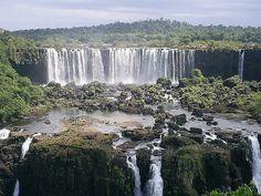Foz do Iguaçu - PR: o local é uma das maiores atrações turísticas do Brasil. A capacidade de fluxo de suas famosas cataratas é três vezes maior que a das Cataratas do Niágara. Situadas no Parque Nacional do Iguaçu, lar de um impressionante número de pássaros, as cataratas marcam a fronteira entre Brasil e Argentina. É possível sobrevoar as cataratas de helicóptero ou fazer um voo de ultraleve sobre o lago e ver a Represa de Itaipu, no Rio Paraná, a linha divisória entre o Brasil e o…