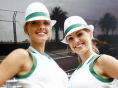 Auch in der neuen Saison blieben sie unverzichtbar: Die Gridgirls in der Formel 1. (Foto: Diego Azubel/dpa)