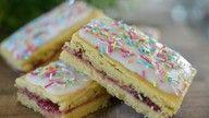 Bringebærkake Cake Recipes, Dessert Recipes, Fika, Biscuits, Food And Drink, Sweets, Baking, Squash, Cakes