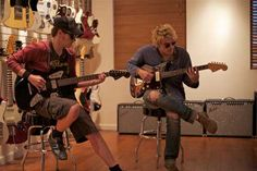 Les freres Way en visite au showroom de Fender / Mikey and Gerard Way of My Chemical Romance in the Fender Artist Showroom