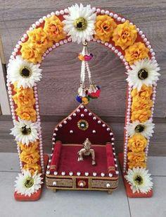 Janamashtami Decoration Ideas, Decoration For Ganpati, Basket Decoration, Diy Crafts Hacks, Craft Stick Crafts, Decor Crafts, Diwali Decorations, Festival Decorations, Tulsi Vivah