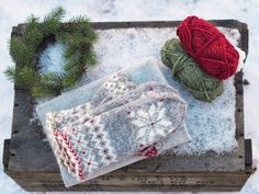 Julvanten – Thread and Talk Fingerless Mittens, Knit Mittens, Mitten Gloves, Knitted Hats, Textiles, Drops Design, Ravelry, Diy And Crafts, Knit Crochet