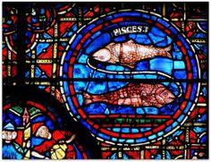 Detalhe de um vitral figurando o zodíaco e os meses: peixe. Catedral de Notre-Dame de Chartres.  Peixes ou Piscis é o décimo segundo, e último signo astrológico do zodíaco, situado entre Aquário e Áries e associado à constelação de Pisces . Seu símbolo são dois peixes. Forma com Câncer e Escorpião a triplicidade dos signos da Água.  É também um dos quatro signos mutáveis, juntamente com Gêmeos, Virgem e Sagitário.