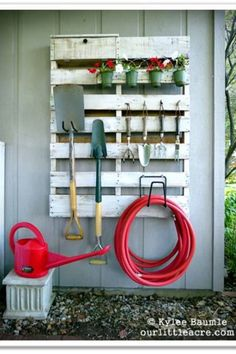 DIY Garden Tool Organizer : upcycle a wooden palette by hanging onto the wall of shed or garage to store garden tools (Lowe's Creative Ideas Pallet Project). Outdoor Projects, Garden Projects, Garden Tools, Pallet Projects, Pallet Tool, Garden Supplies, Garden Web, Diy Projects, Outdoor Tools