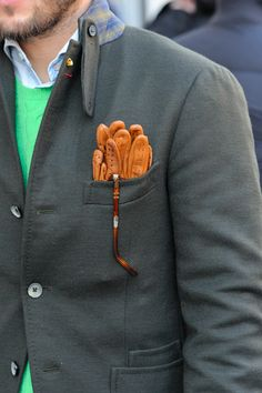 fine gloves, perfect match with the color of that sweater, well chosen materials, the fine details of that jacket are really remarkable.
