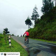 #Repost @bektiahmad  mukanya gak keliatan om jadi gak bisa liat kegantengannya :D  Gue ganteng karena turunan tapi begitu tanjakan.. Jelek lagi! :D . . . #gowes #pagi #guci #tegal #wisatategal #pacificbikerider #bike #mtb #xc #indonesia #pacificbikes #pacificbikerider #sepeda #sepedagunung #bersepeda #gowes #hardtail #mountainbike #mtbindonesia #crosscountry
