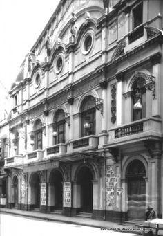"""Imagen del teatro """"Virginia Fábregas"""" en 1927. Este antiguo teatro fue inaugurado en 1900 con la asistencia del presidente Porfirio Díaz bajo el nombre de """"Renacimiento"""", y al adquirirlo la notable actriz y empresaria fue que cambió su nombre; también fue el primer teatro que contó con alumbrado eléctrico. El inmueble como tal ya no existe, notablemente transformado ahora en este mismo lugar tenemos al """"Teatro Fru-Fru""""."""