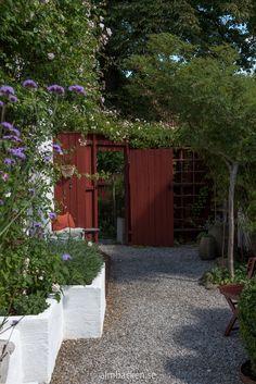 Ateljé Harmoni och Glädje — Almbacken Trädgårdsdesign Tree Trunks, Fairy Doors, Garden Trees, Succulents Garden, House Plants, Pergola, Outdoor Decor, Miniature Gardens, Decorating Ideas