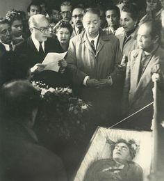 Hector Garcia, 'Frida Kahlo in coffin and Diego Rivera at funeral', 1954 Frida E Diego, Diego Rivera Frida Kahlo, Frida Art, Frida Kahlo Death, Ansel Adams, Kahlo Paintings, Intimate Photos, Georgia O Keeffe, Mexican Artists