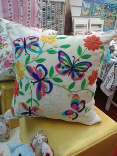 Cushion Embroidery, Basic Embroidery Stitches, Flower Embroidery Designs, Hand Embroidery Stitches, Crewel Embroidery, Embroidery Techniques, Cross Stitch Embroidery, Embroidery Patterns, Machine Embroidery