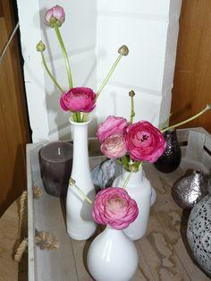 Voorjaar in huis! Met leuke vaasjes van De Verfwinkel en Ranonkeltjes van het Blomme stekje in Workum!