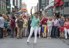 Justin Trudeau marque l'histoire du défilé de la fierté gaie | TVA Nouvelles