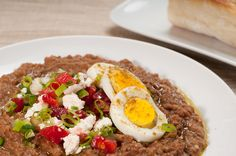 Ful Medames - Fava Beans with Berbere and Tasty Garnishes - Recipe Ethiopian Ful Medames: turned out fantastic, but double the spice.Ethiopian Ful Medames: turned out fantastic, but double the spice. Vegetarian Cookbook, Vegetarian Recipes Easy, Healthy Recipes, Kosher Recipes, Cooking Recipes, Sudanese Food, Ethiopian Cuisine, National Dish, Vegetarian Food
