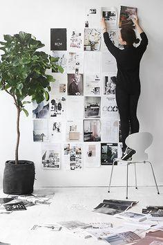 """""""Arte"""" de parede feita com páginas de revista. Para fixar as folhas na parede use a massinha Pritt multi tack da 3M que você encontra em papelarias"""