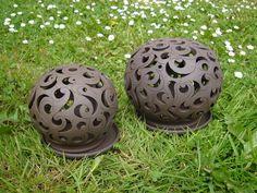 Koule na svíčku - černá velká Černá koule na svíčku průměr cca 17-18 cm. Koule je vytočená z burelové točířské hlíny, prořezená skalpelem a prorytá.