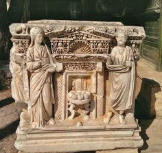 Relief of Hades and Persephone with a table of pomegranates from Hierapolis Archaeological Museum. Ancient Rome, Ancient Greece, Ancient Art, Ancient History, Roman Sculpture, Sculpture Art, Art Romain, Ancient Greek Architecture, Classical Antiquity