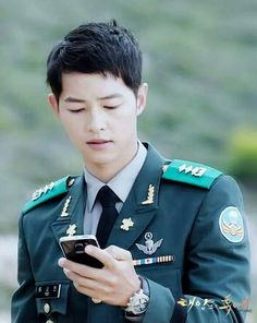 Descendants of the Sun is a Korean romantic melodrama starring Song Joong Ki and Song Hye Kyo. Park Hae Jin, Park Seo Joon, Song Hye Kyo, Asian Actors, Korean Actors, Korean Dramas, Song Joong Ki Cute, Soon Joong Ki, Decendants Of The Sun