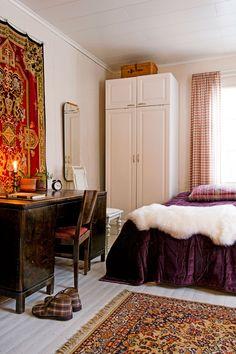 Viipurilainen funkkiskirjoitus-pöytä ja tuoli ovat perheen isänisän. Hän sai sen lahjaksi isältään valmistuttuaan luutnantiksi 1930-luvulla. Vanhassa puisessa vakassa kaapin päällä säilytetään joulukoristeita. Pehmeät lampaantaljat tuovat talventuntua.