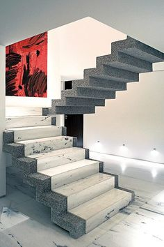 Apesar dos novos acabamentos, a escada foi mantida no mesmo local. Detalhe da iluminação de rodapé. Stairs Tiles Design, Railing Design, Staircase Design, Tiled Staircase, Stair Handrail, House Architecture Styles, Stairs Architecture, Bungalow House Design, House Front Design