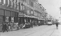 Een drukke winkeldag op de Grote Markt in hartje Nijmegen in de jaren '30. Links de Modewinkel van Van Dyk & Witte op de hoek met de Scheidemakersgas (links). In het midden warenhuis Vroom & Dreesmann. Rechts achter de tram de Stikke Hezelstraat.