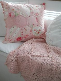 Love this baby pink crochet blanket. Patchwork and crochet Rose Cottage, Shabby Cottage, Cottage Style, Vintage Shabby Chic, Shabby Chic Decor, Vintage Soul, Style Vintage, Hexagon Quilt, Hexagons