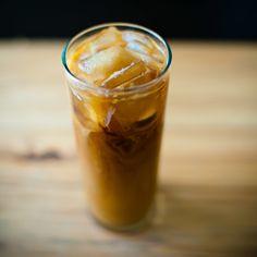 Mrożona kawa kokosowa z rumem. Przepis na:  http://kawa.pl/przepisy/przepis/mrozona-kawa-kokosowa-z-rumem/