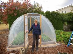 Hydroponic Gardening Ideas Learn how to build a simple hoop house (aka poly tunnel) for year-round use, but particularly for growing greens during the winter months. Step-by-step instructions and video. Backyard Greenhouse, Small Greenhouse, Greenhouse Plans, Winter Greenhouse, Pallet Greenhouse, Portable Greenhouse, Brisbane, Diy Hydroponik, Growing Winter Vegetables
