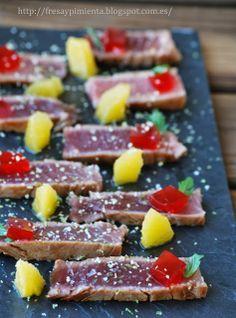 fresa & pimienta: Tataki de atún marinado con gelatina de Campari y naranja.