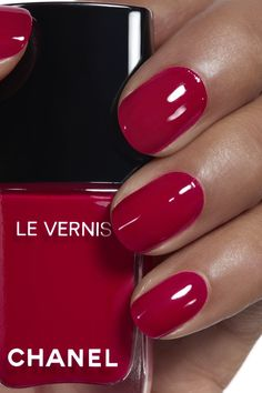 Bold orange toned red, for when you want to amp up the classic red manicure Application makeup visual 1 - LE VERNIS 500 - ROUGE ESSENTIEL Chanel Nail Polish, Chanel Nails, Chanel Chanel, Winter Nails, Summer Nails, Nail Art Designs, Nail Decorations, Nail Polish Colors, Red Nails