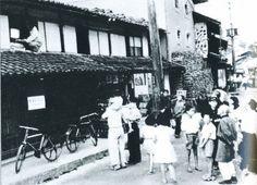 昭和30年、テレビのある家に群がる町の人々。家の主人がテレビが見やすいように動かしています。戦前~戦後のレトロ写真(@oldpicture1900)さん | Twitter