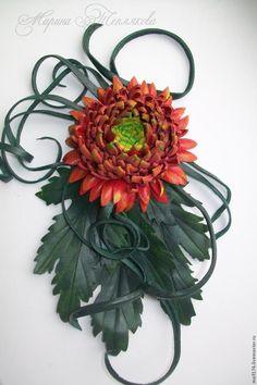 Осенние цветы хризантемы! Сколько красок и сортов этих прекрасных цветов. Они очень долго цветут и долго стоят в букетах. Я предлагаю сделать неувядающий цветок-брошь. Для этого я взяла: -кожа натуральная толщиной 1 мм -ножницы -шаблоны -клей пва -клей момент-гель -кисть -паяльник с самой тонкой булькой Приступаем Все что понадобится. Раскладываем шаблоны и обводим.