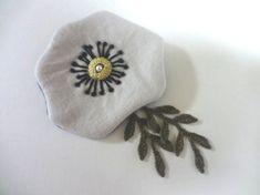 中綿を入れてふっくらと仕上げた花弁に刺繍を施し、かぎ編みのリーフモチーフを合わせました。 揺れる葉で愁いのあるニュアンスを添えてみました。 大きさ : 縦約1...|ハンドメイド、手作り、手仕事品の通販・販売・購入ならCreema。
