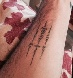 Sak yant - Ajarn Kob of Ayutthaya , Thailand Más Hand Tattoos, Symbol Tattoos, Sexy Tattoos, Black Tattoos, Arm Tattoo, Body Art Tattoos, Girl Tattoos, Tattoo Girls, Tatoos