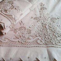 Jogo de lençol x toalha #lencolcomrechuileur #lencolbordado #rechuileur… Cutwork Embroidery, Embroidery Works, White Embroidery, Lace Applique, Machine Embroidery Designs, Embroidery Patterns, Brother Innovis, Broderie Bargello, Ribbon Art
