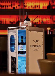 Mit dem Lufthansa Cocktail kann man bereits in die goldene Ärader Luftfahrt abheben, jetzt gibt es auch das passende Zubehör. Die Homebar auf Basis des klassischen Flugzeugtrolleys wird exklusiv v…