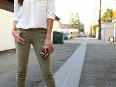 1quoi-mettre-avec-un-pantalon-kaki-chemise-blanche-avec-des-sandales-d'été