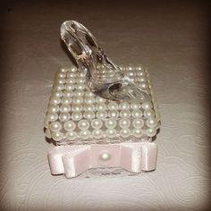 Caixinha de acrílico com pérolas e sapatinho de cristal. #puroluxo #princesa…