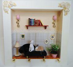 Quadro porta-chaves em MDF medidas: 25X25 cm. Divã em tecido, gatos em biscuit, outros detalhes em madeira e resina.