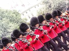 #worldplaces #europa #europe #england #royalguard #urbanphotography #inglaterra #uk#streetphotography #stjamespark #fotografiacallejera #guards #london #londres #buckinghampalace #marching by javiher