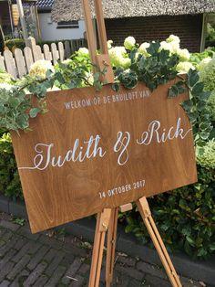 Dit unieke en gepersonaliseerde welkomstbord is een mooie aanvulling van de styling op jullie bruiloft én een warm welkom voor jullie gasten! Het bord is van hout en de letters worden er met de hand op gezet. Mogelijk met je eigen tekst, lettertype of trouwlogo.