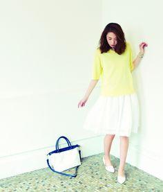 2way lace knit tee [aditional] ¥9,800 / Ramie lawn skirt [SACRA] ¥19,000 / 2way tote bag [aditional] ¥22,000 / Wrap bracelet [CHAN LUU] ¥21,000 / Pumps *sample