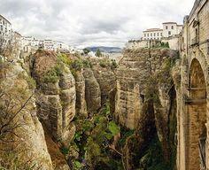 Puente nuevo de Ronda (España). Esta maravilla empezó a construirse en 1759 para unir la ciudad moderna con el casco antiguo de la ciudad. Las vistas son increíbles