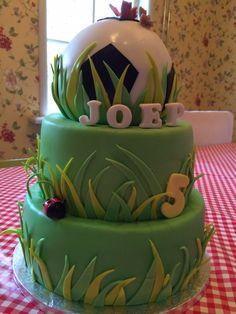 Voetbal taart  Vanillebiscuit met aardbeien en slagroomvulling