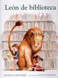 """Había una vez un león enorme y peludo, al que le encantaba ir a la biblioteca. Mientras el león respetase las normas, podía oler los libros, ayudar a limpiarlos y asistir a la hora del cuento. Un día, un acontecimiento inesperado hizo que el león empezase a rugir y a correr rompiendo todas las reglas.  Michelle Knudsen, """"cualquier persona que ame las bibliotecas sabe que son lugares mágicos y especiales, donde todos son bienvenidos y cualquier cosa es posible""""."""