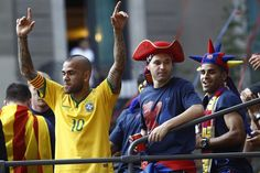 """Alves, desfasado durante la celebración: """"¡Triplet! ¡Triplet!"""""""