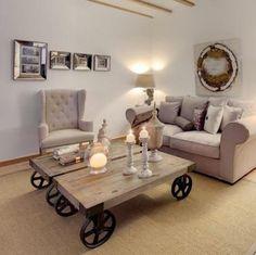 Donde menos te lo esperas, un toque industrial hace maravillas. #deco #decoracion #industrial #clasico #mesa #madera #ruedas  http://elmercadodemaria.com/comprar-mesas-bajas/