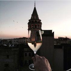 #galatakulesi +Neye içiyoruz? -Aramızdaki en kıdemli darbelere. #iyiakşamlar #goodevening