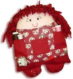 A boneca agulheira é uma ótima opção de organizador, ela poderá deixar seus utensílios de costura be
