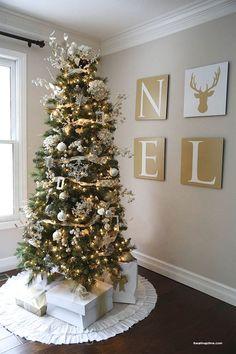 Kit Árvore de Natal com enfeites dourados. Entrega para todo BRASIL. Com laço de topo, pisca-pisca, estrelas, flores douradas, bolas brilhantes e foscas, laços dourados em tecido e tela, com instrução de montagem.
