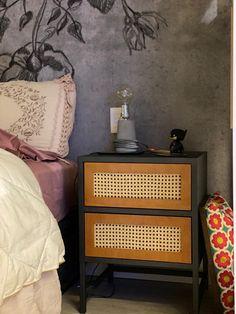 """MESA CABECEIRA 28125 - Medidas 45larg x 60alt x 40prof Caixa de chapa de aço carbono, Tingida com tinta automotiva PU na Cor grafite Gavetas de madeira com tampo de Palhinha natural. Puxadores """"LEVE-TOQUE"""". Acabamento verniz automotivo fosco. Toque, Nightstand, Natural, Furniture, Home Decor, Wooden Drawers, Sheet Metal, Nightstands And Bedside Tables, Bedside Desk"""